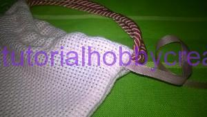 Tutorial per realizzare una borsetta portaconfetti in tela aida (10)