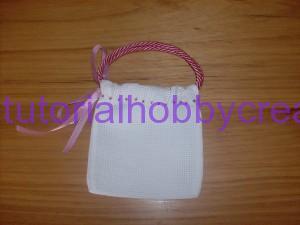 Tutorial per realizzare una borsetta portaconfetti in tela aida (11)
