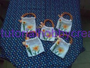 Tutorial per realizzare una borsetta portaconfetti in tela aida (12)