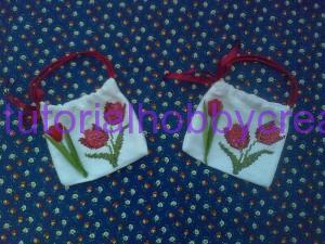 Tutorial per realizzare una borsetta portaconfetti in tela aida (15)