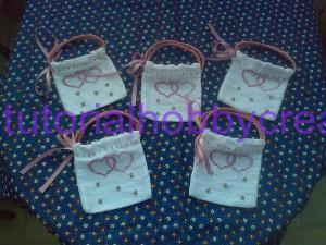 Tutorial per realizzare una borsetta portaconfetti in tela aida (16)